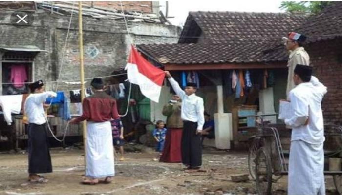Sarung dan Peci, Dua Simbol Nasionalisme yang Beda Nasib